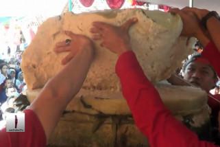 Tradisi bagikan kue lupis raksasa di pekalongan