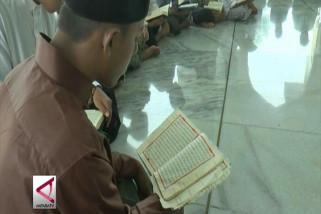 Membiasakan santri di Bireun menjadi imam masjid