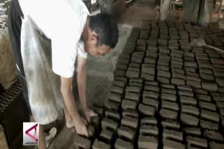 Perajin batu bata dan genteng dulang rupiah