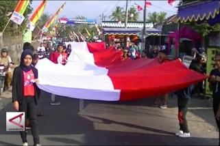 Warga Sleman arak bendera merah putih raksasa