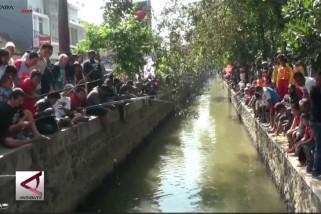 Ribuan warga pancing ikan lele di selokan Mataram