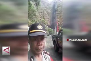 Air terjun di Nganjuk menghitam akibat sisa kebakaran