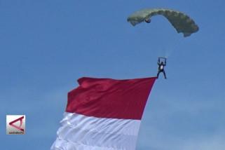 Kenang perebutan Irian Barat, 81 penerjun hiasi langit Kota Ambon