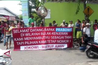 Pendukung Jokowi di Surabaya sambut kedatangan Prabowo