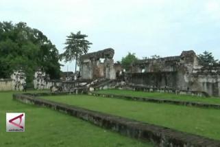Reruntuhan keraton kaibon, spot favorit foto pranikah