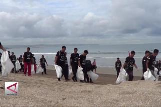 Aksi pungut sampah di pantai Kuta tandai Earth Hour