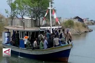 Perahu nelayan, kendaraan andalan menuju ke Pulau Panjang