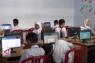 Ratusan siswa SMP di Magetan, numpang UNBK