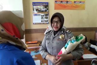 Tanda cinta dari mahasiswi untuk polisi