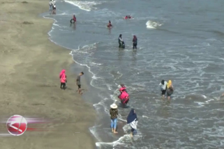 Pantai Anyer kembali dipadati wisatawan
