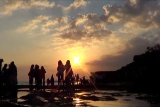 Pengunjung wisata Tanah Lot capai 12 ribu orang per hari