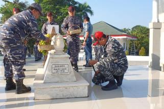 Kru KRI Hasan Basri (382) ziarah ke makam Brigjen TNI (Purn) H Hasan Basri