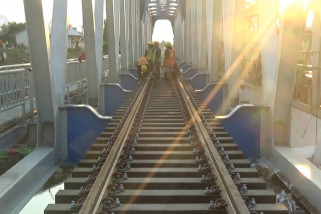 KAI stop perjalanan kereta karena ganti jembatan