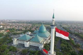 Merah putih raksasa berkibar di menara Masjid Al Akbar Surabaya