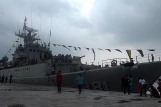 Ratusan warga Nias Selatan antusias berwisata menaiki kapal perang