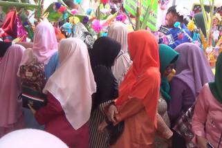 Warga rebutan 2620 telur seroja di HUT Kota Pangkalpinang