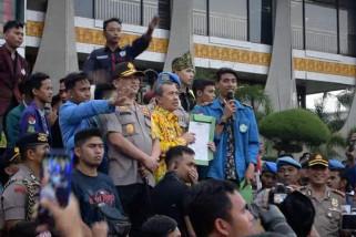 Gubernur Riau perintakan pasang garis polisi di  lahan yang terbakar
