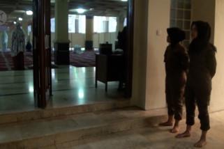 Antisipasi crosshijaber, Mojang Satpol PP patroli di masjid-masjid