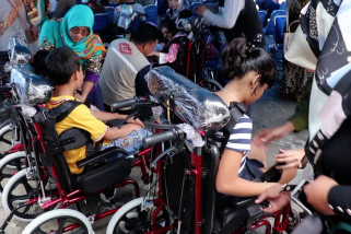 Warga Aceh penderita lumpuh otak terima bantuan kursi roda