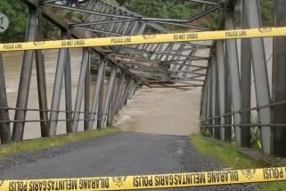 Diterjang banjir jembatan di Aceh Barat putus