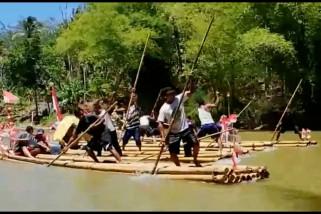 Warga Lebak lomba rakit di Sungai Cimandur
