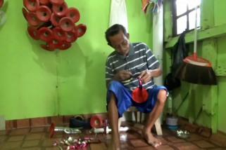 Pembuat terompet berusia senja di Kota Balikpapan