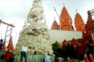 Mengenalkan budaya Bali lewat pohon Natal berbahan anyaman lontar