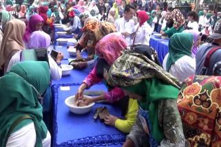 Warga Banjarmain berlomba menyiangi ikan