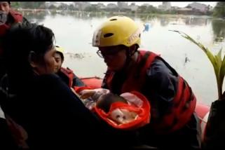 Saat bayi dan anak korban banjir dievakuasi dari loteng