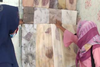 Saat injak-injak daun hasilkan kain 'ecoprint' bernilai jual tinggi