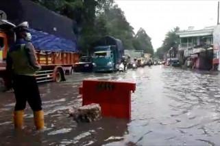 Jl. Husein Sastranegara Tangerang tergenang air setinggi 20-30 cm