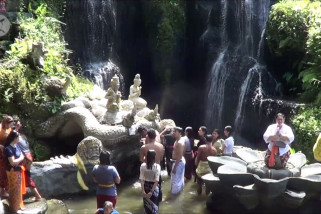 Menikmati keindahan alam di air terjun Beji