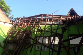 Atap kelas sebuah SD di Magetan ambruk