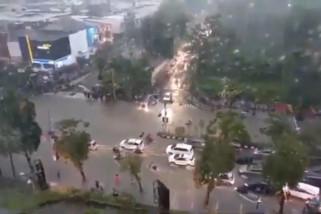 Banjir Surabaya karena pengerjaan saluran air belum tuntas