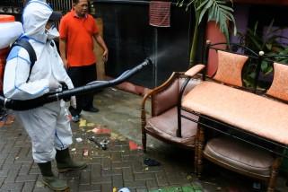 Usai banjir, PMI semprotkan cairan disinfektan ke rumah warga
