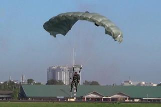 Warga Medan nikmati atraksi terjun payung TNI AU