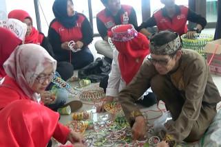 Relawan sibat manfaatkan limbah plastik untuk didaur ulang