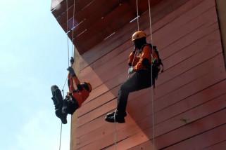Berlatih penyelamatan ketinggian di Sekar Kijang