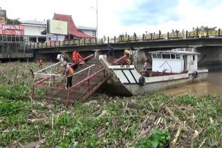 Tumpukan sampah menutup lalu lintas Sungai Martapura