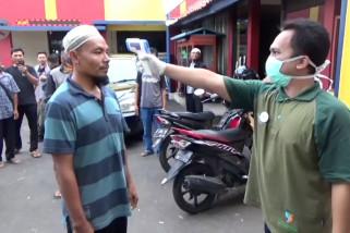 Petugas gabungan cek kesehatan penumpang di perbatasan Cirebon Kuningan
