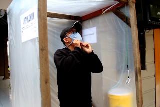 Warga di Cirebon membuat bilik disinfektan secara swadaya