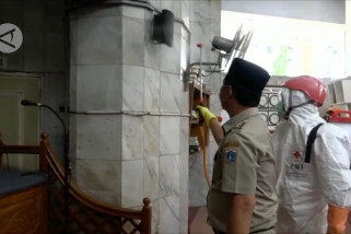 Masjid Jami Kebon Jeruk yang jadi lokasi isolasi disemprot disinfektan