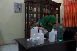 Membuat cairan penyanitasi tangan untuk konsumsi sendiri