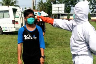 Kesehatan ribuan pemudik diperiksa di lapangan bola di Majalengka