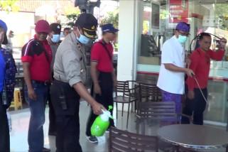 Petugas lakukan penyemprotan disinfektan di kawasan wisata Tabanan