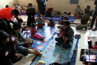 Pengungsi korban banjir tetap kenakan masker dan menjaga jarak