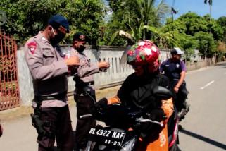 Aksi peduli, Brimob bagikan masker gratis dan sosialisasi corona