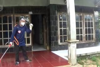 Petugas semprotkan disinfektan pada wilayah tinggi ODP di Pandeglang