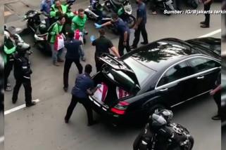 Jokowi bagikan sembako ke pengendara ojol di kawasan Harmoni