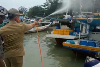 Di Bangka, perahu nelayan juga disemprot disinfektan
